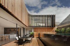 Haus Innenhof Pool Holz Terrasse Küche Glaswand