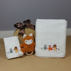 this little fox design baby bath towel and face cloth is presented in a kraft suitcase along with a fox Dingaring rattle, perfect for a neutral baby gift. Baby Gift Hampers, Little Fox, Baby Powder, Fox Design, Natural Baby, Bath Design, Corporate Gifts, Bath Time, Foxes