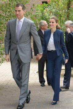 Unos días antes de ser proclamados Reyes, don Felipe y doña Letizia visitaron la Residencia de Estudiantes, doña Letizia, llevó de nuevo la misma blusa y traje de Hugo Boss en tonos azul.