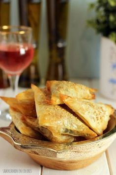 These arugula and provolone triangles are special as an aperitif. Veggie Recipes, Vegetarian Recipes, Cooking Recipes, Cooking Pork, Brunch, Gourmet Appetizers, Gluten Free Puff Pastry, Food Decoration, Clean Eating Snacks