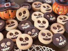 biscotti per halloween Halloween Desserts, Hallowen Food, Halloween Cookies, Halloween Treats, Halloween Skull, Halloween Biscuits, Halloween Town, Japanese Cookies, Best Party Food