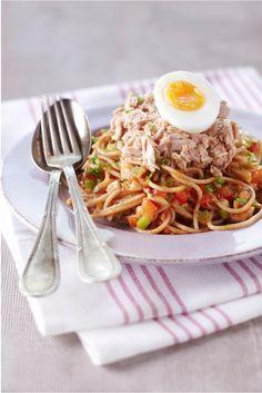 Dit recept van chefkok Mathijs Vrieze is mede mogelijk gemaakt door Stepaday.nl. Kook de spaghetti af volgens de aanwijzingen op de verpakking. Al dente is lekker, want dan heeft de spaghetti nog een bite. Kies bij voorkeur voor volkoren, dat is de gezondere variant. Maak de tomaten, paprika's, ui, knoflook en champignons schoon. De tomaten […]