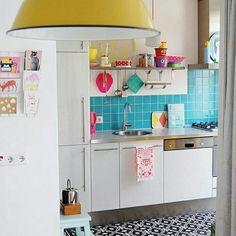 Cozinha lindíssima e colorida.