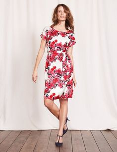 This simple dress does it all: the T-shirt shape is perfect for slipping on in a hurry, while the dazzling print will turn heads. It even has pockets. Relax in an easy, flowing style or tie the fabric belt for a more defined look.