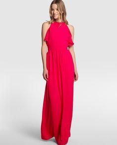 Vestido largo en color rosa, con jaretas en la cintura y adorno de volantes en caída. Tiene escote halter y forro a tono.