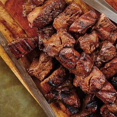 Brochettes de bœuf mariné à l'ail | Ricardo Bbq Grill, Grilling, Chicken Wings, Keto Recipes, Food And Drink, Cooking, Meat, Pickled Garlic, Vegetable Dips