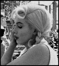 Marilyn Monroe💋on set of The Misfits Marilyn Monroe Photos, Marylin Monroe, Stars D'hollywood, Little Girl Lost, Rare Images, Rare Photos, Idole, Old Hollywood Glamour, Vintage Glamour