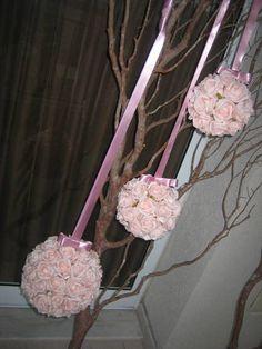 Linda bola de flores composto por rosas em ev.a. cor rosê  Tamanhos: G R$ 89,90 - contém 65  mede 19X19  M R$ 43,90 - contém 32 rosas mede: 15x15 P R$ 35,90 - contém 23 rosas mede 12x12  Caso desejem bola GG medidas: 22X22 contém 95 rosas valor R$ 115,90  Na hora dos eu pedio informe tamnhos e cores  Rosas disponíveis nas cores:  champagne; branco puro; rosa; lilás; roxo; rosê; pink.
