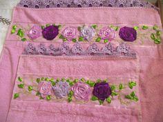 Jogo de toalhas bordada e com rosas de fita de cetim