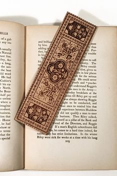 6 Colors 6 Pieces Dried Flower Specimen Bookmark Metal Feather Bookmarks Vintage Creative Book Clip Pendant Bookmark Book Page Marker for Reading Adults Kids Students Gifts