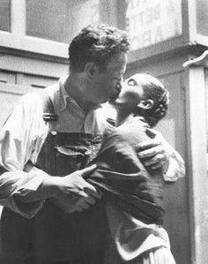 Frida y Diego besándose