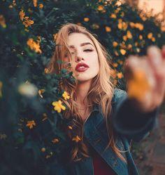 Ideas Photography Girl Portrait Photoshoot For 2019 Portrait Photography Poses, Tumblr Photography, Beauty Photography, Creative Photography, Digital Photography, Amazing Photography, Photography Flowers, Photography Ideas, Fashion Photography