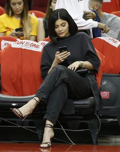 Kylie Jenner and Travis Scott take in Houston Rockets playoff game Keeping up: Kylie was seen checki Kylie Jenner Photos, Looks Kylie Jenner, Kylie Jenner Outfits, Kylie Jenner Style, Kendall And Kylie Jenner, Kylie Jenner Coachella, Estilo Kylie Jenner, Estilo Kardashian, Kardashian Style