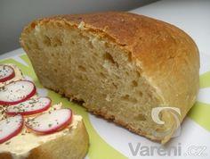 Recept na moc dobrý chléb, který necháváme kynout v domácí pekárně a pečeme v klasické troubě.