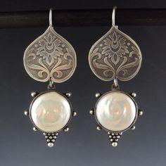 Boucle d'oreille de perle argent gravé de par danaevansstudio, $275.00