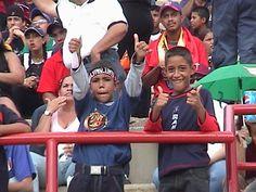 Hoy ya unos jóvenes, estos chamos comenzaron a apoyar a la Vinotinto desde muy temprano...