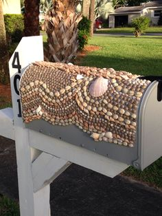 Shell mailbox, a must when you live at the beach! :) this was a fun project.