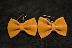 Boucle d'oreille noeud en cuir jaune moutarde