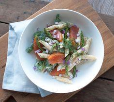 Deze pastasalade met gerookte zalm en roomkaas is lekker fris. Makkelijk om te maken en binnen 20 minuten op tafel. Lekker als lunch of licht diner.