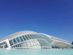 City of Arts and Sciences on kaunis valkoisten rakennusten tiede- ja taidekeskus keskellä Valenciaa. Kuvauksellinen puisto kuuluu Espanjan 12 Aarteen listalle. Lisää blogissa! 🌴 // The City of Arts and Sciences is a big park of art, science, beauty and big white buildings in the middle of Valencia. It belongs to the list of 12 Treasures of Spain. More info on blog!   🌴 www.kookospalmunalla.fi 🌴#kookospalmunallablog #valencia #spain #espanja #matkailu #matkablogi #cityofartsandsciences White Building, Wide World, Bilbao, Old Town, Valencia Spain, Science, Lifestyle, City, Beach