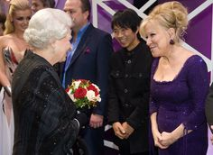 Pin for Later: Célébrités et Famille Royale, Lorsque Deux Mondes Se Rencontrent  La Reine Elizabeth II a fait la connaissance de Bette Midler lors de la Royal Variety Performance de Blackpool, en Décembre 2009.