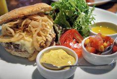 Rock'n Cycles   Durango: burger, cebola frita, aioli, queijo fontina e suave relish de tomate com milho verde