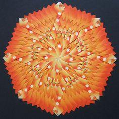 Deze mandala is geheel opgebouwd uit 192 rooibos theezakjes en heeft een diameter van 27 centimeter