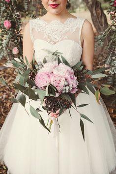 ► Un ramo de novia de Australia, con hojas de eucalipto. #ramos #novias #bodas