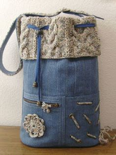 Jeans pocket with a knitted edge, I like it, also works crocheted. Jeans pocket with a knitted edge, I like it, also works crocheted. Artisanats Denim, Denim Purse, Denim Backpack, Drawstring Backpack, Diy Jeans, Jean Diy, Jean Purses, Diy Bags Purses, Recycled Sweaters