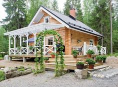Kaunis terassi! Cabins And Cottages, Log Cabins, Cottage Exterior, Interesting Buildings, Modern Farmhouse, Tiny House, Gazebo, Houses, Outdoor Structures