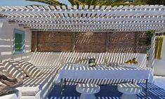Se protéger du soleil tranquillement installé sous une pergola terrasse ou une voile d'ombrage c'est bien agréable. Contrairement à une véranda, ces deux abris extérieurs couvrent la terrasse uniquement par le toit, ce qui est largement suffisant pour s'abriter du soleil. Pergola en bois, canisse de