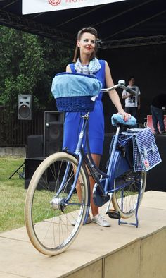 If you like blue, this is for you. Blue bike, blue dress, blue pannier bags, blue basket w/blue liner. Yep, it's blue.
