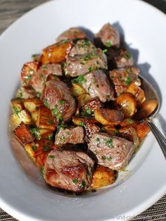 Rindswürfel mit gebratenen Kartoffeln in Kräuterbutter