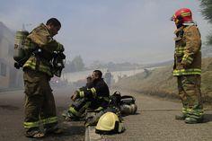 Algunos bomberos tuvieron que salir del siniestro ante la cantidad de humo.