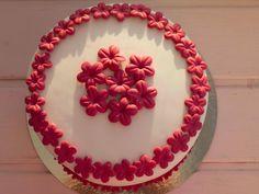 Para el día de la madre. Tarta de vainilla rellena de fresa.