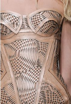 Versace Spring 2010 Ready-to-Wear Accessories Photos - Vogue Couture Cuir, Couture Mode, Fashion Art, Fashion Show, Fashion Design, Versace, Laser Cut Fabric, Laser Cut Leather, Most Beautiful Dresses