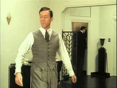 Full Episode Jeeves and Wooster S04 E1: Return to New YorkHier findet man a u n t     A g a t h a in ihrem lila Kostüm (Werbeplakat für Cook A Leeky Soup) was sehr ähnlich M. Smith als Lady Grantham trägt