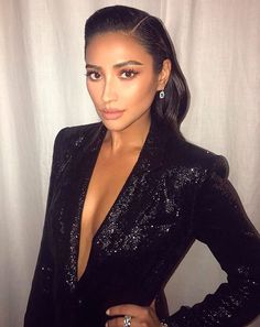 Steal Her Beauty Look: Shay Mitchell Shay Mitchell, Emily Fields, Glamour Fashion, Fashion Beauty, Glossy Hair, Slicked Back Hair, Sparkle Wedding, Wedding Bells, Dressed To Kill