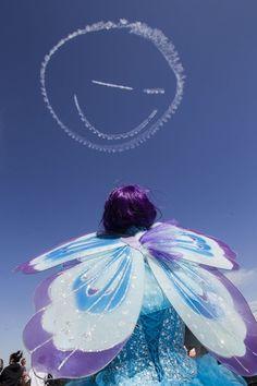 20150322 - Garota observa desenho formado por aviões de acrobacia no céu do aeroporto William J. Fox, em Lancaster, nos Estados Unidos, neste sábado (21). A foto foi disponibilizada neste domingo (22)  PICTURE: Ringo Chiu/Zumapress/XinHua