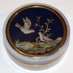 Agate snuff box with a micromosaic of birds
