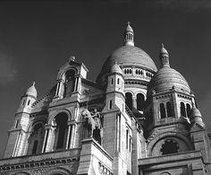 https://flic.kr/p/9t1xRn | Basílica de Sacré Cœur | A Basílica do Sagrado Coração é um templo da Igreja Católica Romanaem Paris, sendo também o símbolo do bairro de Montmartre. A basílica está localizada no topo da montanha de Montmartre, o ponto mais alto da cidade. A Basílica de Sacré-Coeur foi construída a partir de mármore travertino extraído da região de Seine-et-Marne, o que garante a tonalidade branca da basílica; apesar da poluição. Um dos monumentos mais visitados da França, a…