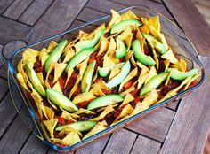 Vegan oven nachos with tomato and bean sauce Vegan Recipes Easy, Nachos, Asparagus, Oven, Beans, Vegetables, House, Food, Easy Vegan Recipes