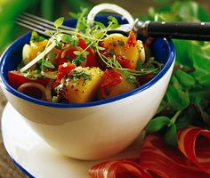 Smakrik, festlig och samtidigt enkel potatissallad som du och dina gäster kommer att uppskatta. Den timjanstekta potatissalladen med soltorkade tomater, färsk lök och färskpotatis passar perfekt till det grillade köttet.