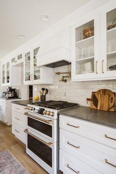 Glass Kitchen Cabinets, White Kitchen Backsplash, Kitchen Redo, Home Decor Kitchen, Interior Design Kitchen, New Kitchen, Home Kitchens, Kitchen Ideas, Kitchen Small