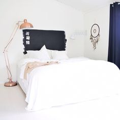 Great idea: paint the head of the bed and the match with the copper lamp is perfect!