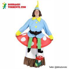 Disfraz de Duende del Bosque con Seta incluida. El humor no falta con este disfraz de enanito sentado sobre champiñón. Un gorro, una camisa, un cinturón negro y la parte de abajo (la seta) se coloca como una falda. El efecto de las piernas verdes colgando es genial y muy divertido.