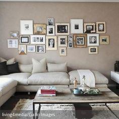 Ein Wohnzimmer im natürlichen Look: Die beigefarbene Eckgarnitur wurde mit einem hochflorigen Teppich und einem Couchtisch mit Holzplatte kombiniert. In Form…