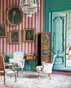 The tea salon is reminiscent of the glorious history of the family, who made a fortune including tea trade. Often decorated house painting - presents the Dutch royal family.