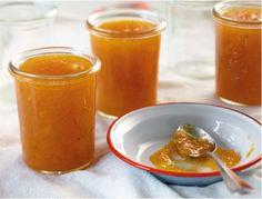 Aprikosenkonfitüre schmeckt am besten auf knuspriges Toast mit Butter