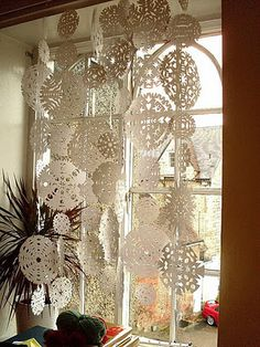 I Love This: Snowflake Curtain! - Pretty sure I& pinned this before – but I love paper snowflakes! Christmas Window Decorations, Snowflake Decorations, Christmas Windows, Snowflake Garland, Paper Snowflakes, Crochet Snowflakes, Christmas Snowflakes, Winter Christmas, Christmas Crafts